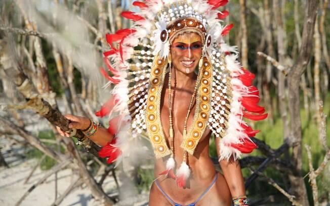 Vestida de índia, Gracyanne Barbosa faz ensaio de topless