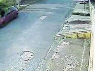 Transtorno. Buraco no asfalto causa reclamação