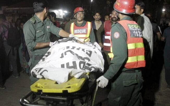 Equipes de resgate transportam o corpo de uma vítima do ataque no parque em Lahore