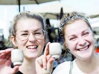 Compras. As suecas Moa Terjesdotter e Erica Mikaelsson se divertem adquirindo produtos artesanais em Ouro Preto