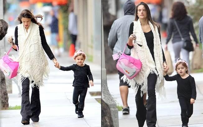 Alessandra Ambrósio passeia na chuva com a filha, Anja