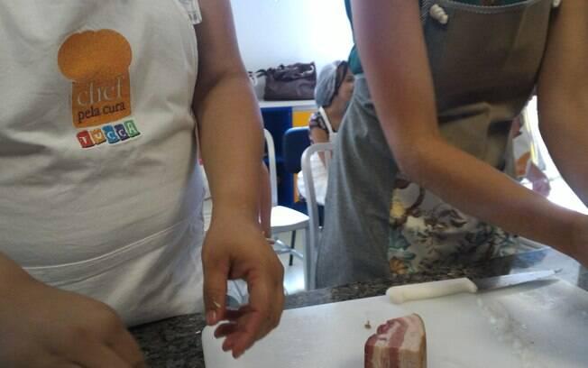 Alunos da TUCCA ajudam a preparar os ingredientes