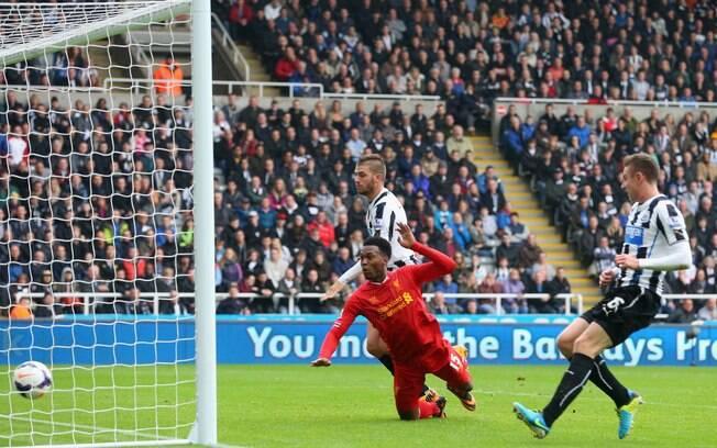 Sturridge, de cabeça, faz o segundo gol do Liverpool diante do Newcastle