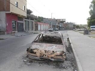 Um dos veículos queimados após incêndio provocado por quatro homens