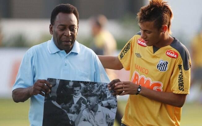 Após treino do Santos em 2011, Pelé mostra para Neymar uma foto de 1958 na qual aparece com um corte de cabelo moicano . Foto: Fernando Dantas/Gazeta Press