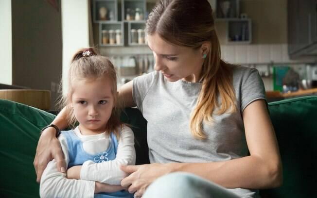 Impor limites aos filhos é uma dificuldade para muitos pais, mas psicanalista alerta sobre a importância de dizer