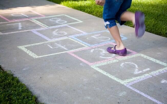 Com o diagrama desenhado no chão ou em um plástico/tecido comprado pronto, a amarelinha exige energia e concentração das crianças. Cabe em qualquer lugar