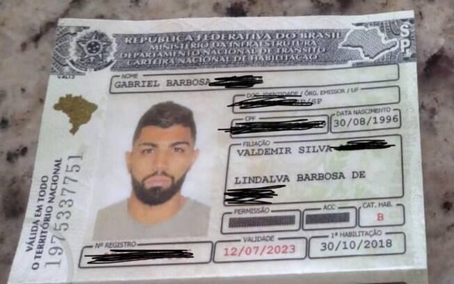 Torcedores do Flamengo encontram CNH de Gabigol