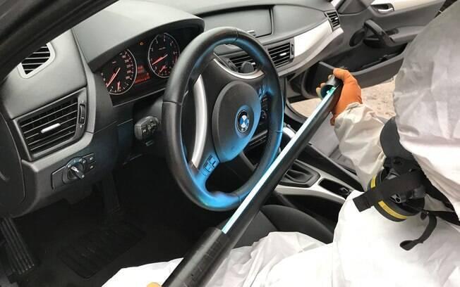 Desinfecção com radiação UV-C também faz parte das técnicas usadas para desinfetar os carros por dentro