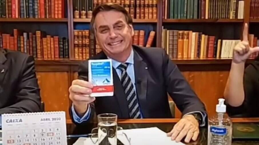 Bolsonaro exibe uma caixa de cloroquina; Presidente se reunia com