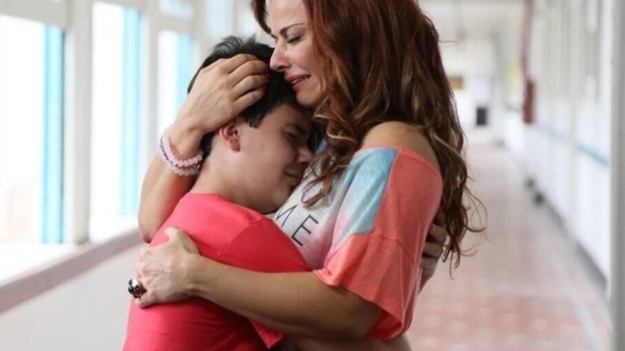 Na novela das 9, a diretora da casa de acolhimento diz para Naná esquecer Luciano