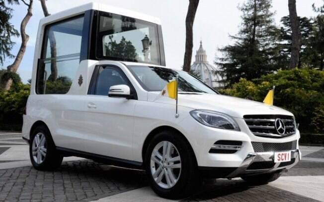 Um dos últimos carros blindados usados pelo Papa, o Mercedes-Benz Classe M cumpriu seu papel até que o Papa Francisco decidisse usar um papamóvel menos fechado.