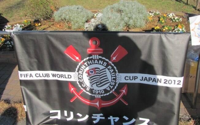 Bandeira do Corinthians sendo vendida na  porta do estádio. Ela custa 1.000 ienes, cerca de  R$ 24