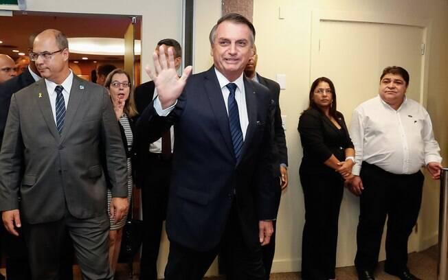Bolsonaro voltou a conceder medalhas militares aos filhos e aliados