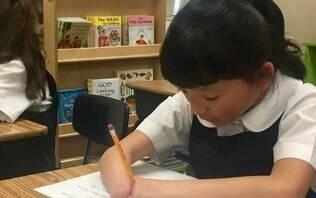 Estudante chinesa que nasceu sem as mãos ganha prêmio de caligrafia nos EUA