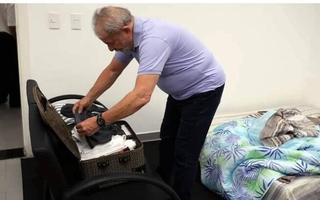 Ex-presidente Luiz Inácio Lula da Silva está arrumando as malas. O petista está preso desde o ano passado na sede da Polícia Federal, em Curitiba.