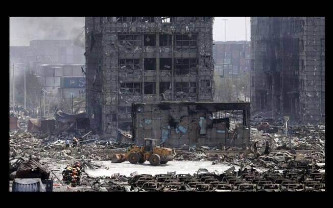Estruturas de prédios foram comprometidas em Tiajin, China, após explosões (12/08). Foto: Reprodução/Twitter