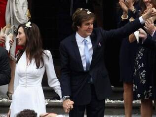 Nancy Shevell e Paul McCartney deixam o local do casamento