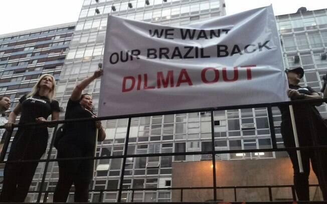Manifestantes em ato contra Dilma: pouca gente para um
