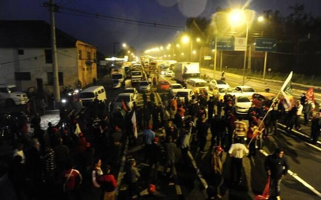 Pelo menos cinco rodovias gaúchas amanheceram bloqueadas por protestos nesta terça-feira (10). Foto: Ronaldo Bernardi/Agência RBS/Estadão Conteúdo - 18.02.2016