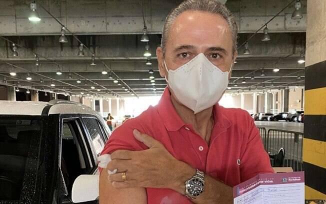 Narrador Luis Roberto recebe primeira dose de vacina contra o Covid-19