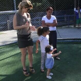 Samara Felippo leva as filhas em evento beneficente organizado por ex-marido