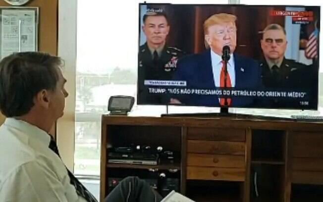 Bolsonaro assistindo ao pronunciamento de Trump, nesta quarta (8)