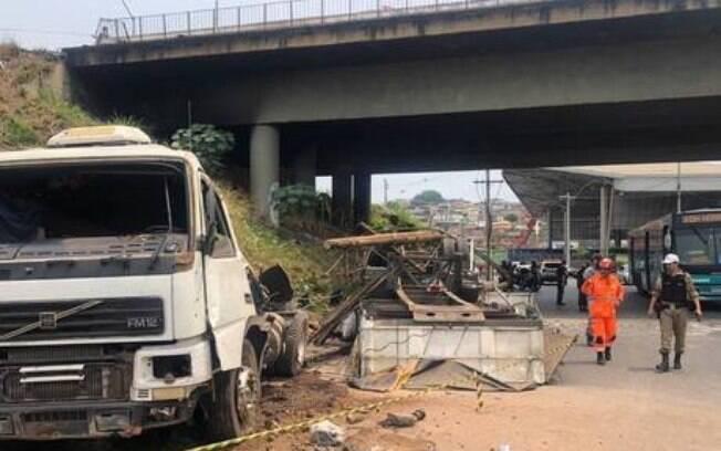 Camihão caiu na avenida Cristiano Machado