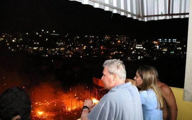 Prefeito de Manaus, Arthur Virgílio Neto, visitou área atingida pelo incêndio, no bairro Educandos, nesta madrugada