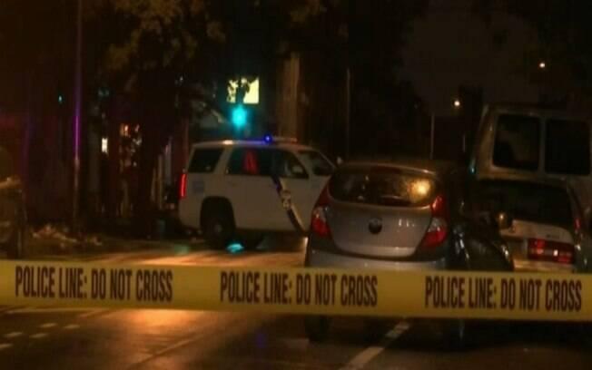 Imagens mostram o quarteirão fechado pela polícia e o carro da família ainda parado no local do ataque