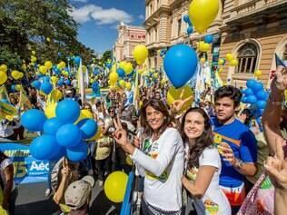 Mulher de Pimenta da Veiga, Anna Paola (com microfone), e de Dinis Pinheiro fizeram caminhada neste domingo