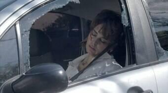 Beatriz sofre um grave acidente de carro