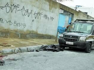 Marcas de sangue e sacos plásticos ficaram na rua Anênoma, no bairro Jardim Alterosas