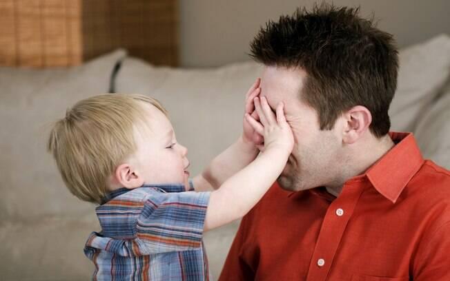 Crianças pequenas costumam cutucar os olhos dos pais, provocando lesão na córnea