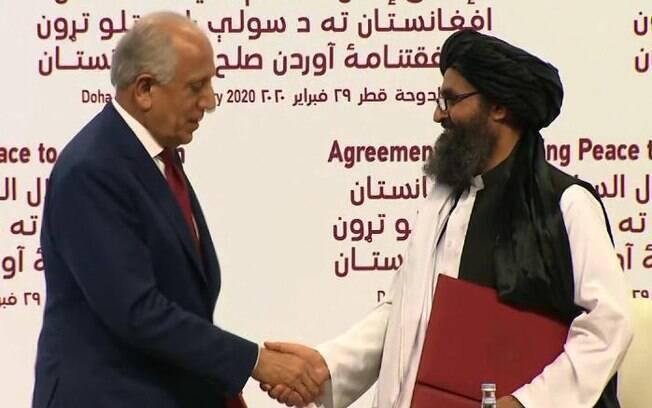 Zalmay Khalilzad, diplomata americano, assinou acordo junto com Abdul Ghani Baradar, líder político do Talibã
