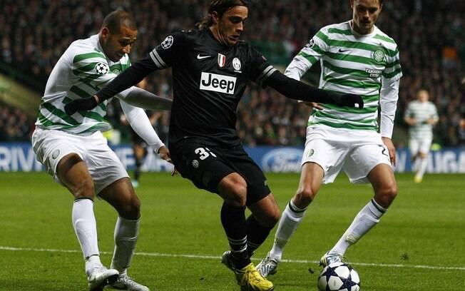 Matri protege a bola no jogo da Juventus  diante do Celtic