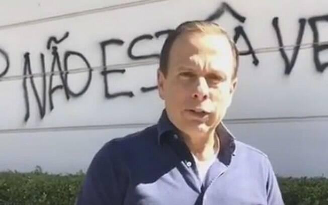 Enquanto era prefeito, Doria teve o muro da sua casa em São Paulo pichado durante manifestação com a frase: