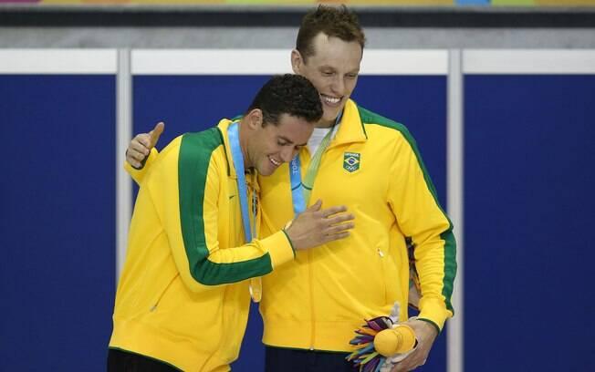 Thiago Pereira e Henrique Rodrigues, que fizeram dobradinha no 400m medley, festejam a conquista. Foto: Satiro Sodre/SSPress