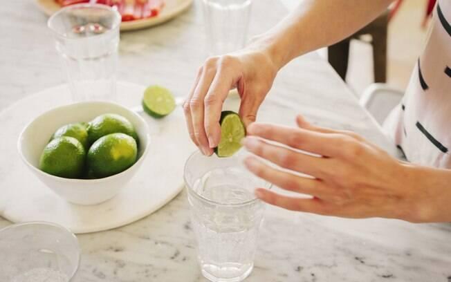 espremendo limão na água