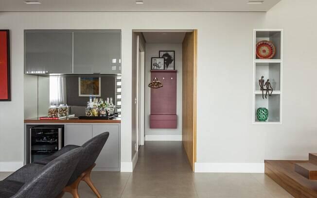 Neste projeto, os três nichos embutidos foram instalados ao lado da escada que dá acesso ao segundo andar da casa