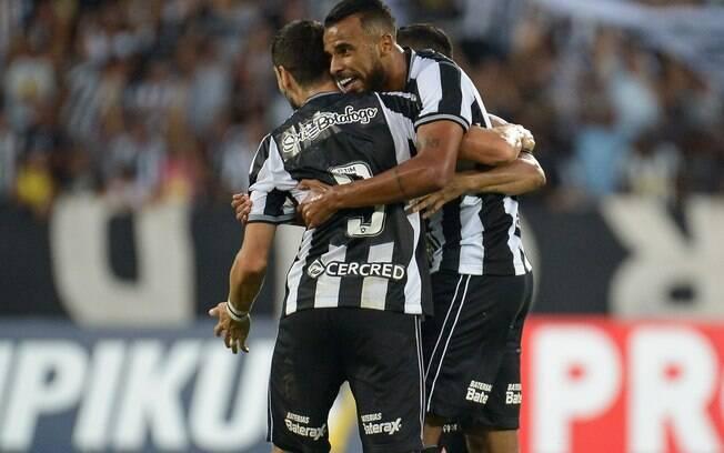Alex Santana comemora gol pelo Botafogo contra o Fortaleza