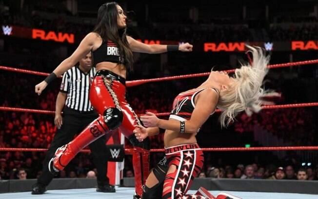 A WWE organiza luta livre baseada em entretenimento. Os golpes são coreografados e pré-determinados