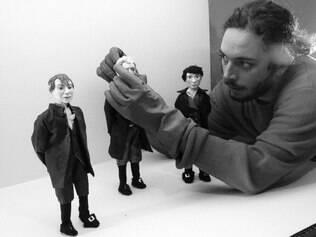 """Meticuloso. Arnaldo Fabbri, um dos cinco animadores que auxiliaram o diretor, trabalha no design dos personagens de """"Lichtenberg"""""""