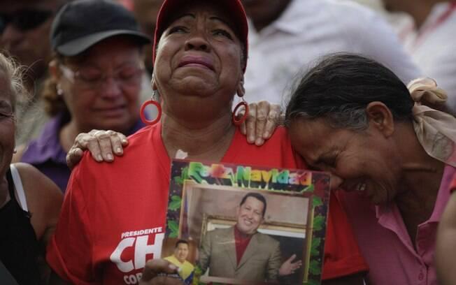 Partidários de Hugo Chávez choram do lado de fora de hospital militar onde presidente venezuelano morreu na terça-feira aos 58 anos (06/03)