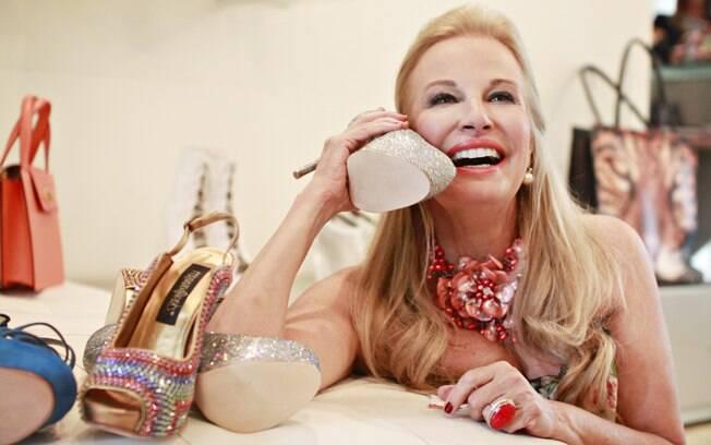 Brunette Fraccaroli se diverte em loja de sapatos, uma de suas paixões