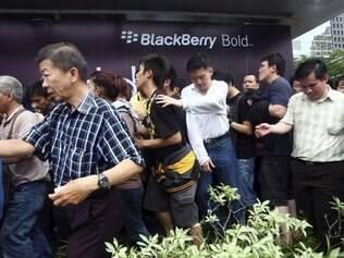 Multidão em busca de novo aparelho BlackBerry se aglomerou em frente a um shopping em Jakarta