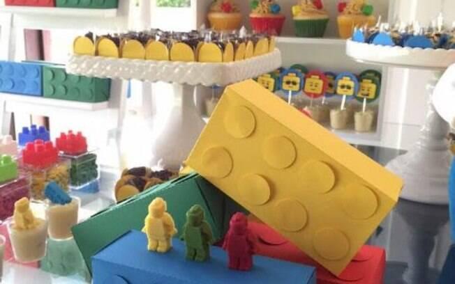 Lego na mesa de festa