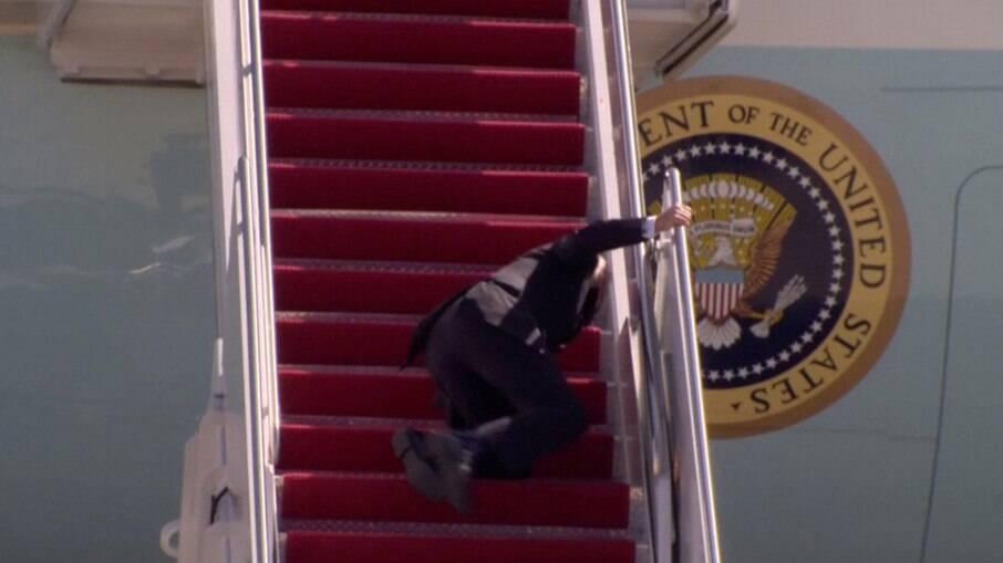 Apesar da queda, o presidente americano se levantou rapidamente, aparentemente sem dor