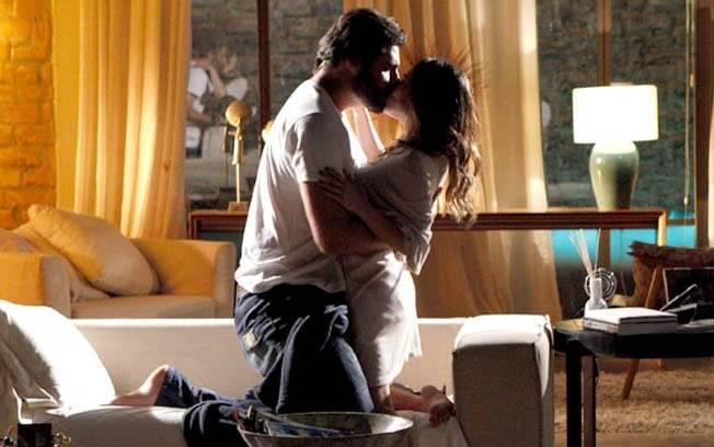 Ana e Lúcio se beijam e fazem amor