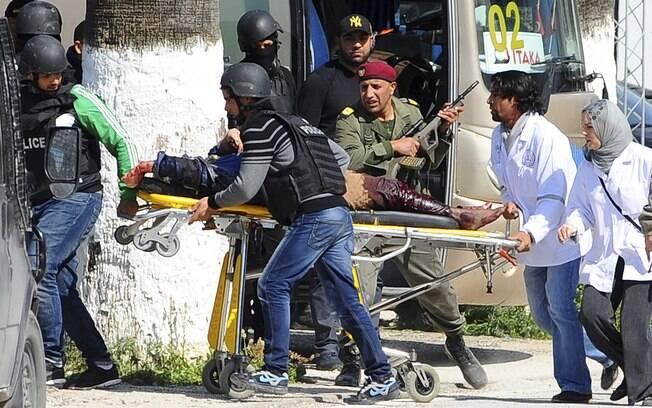 Vítima é retirada por equipes de resgate do museu Bardo em Tunis, capital da Tunísia (18/03)
